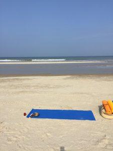 tapis de yoga sur la plage du touquet