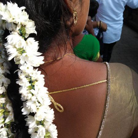 inde-femme-natte-fleurs